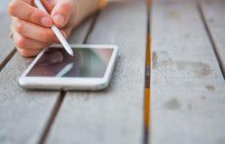 Vrouwen die smartphone gebruiken bij openlucht Royalty-vrije Stock Foto's