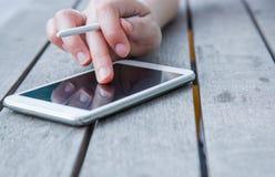 Vrouwen die smartphone gebruiken bij openlucht Royalty-vrije Stock Afbeeldingen