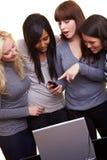 Vrouwen die sociaal voorzien van een netwerk verklaren Stock Afbeelding