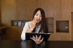 Vrouwen die in tablet koffiewinkel bekijken royalty-vrije stock afbeeldingen