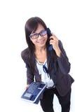 Vrouwen die telefoon op wit houden Stock Foto's
