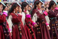 Vrouwen die in Tibetan kleren volksdans uitvoeren stock afbeeldingen