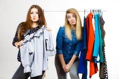 Vrouwen die tijdens kleren het winkelen debatteren royalty-vrije stock foto's