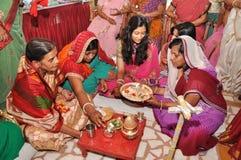 Vrouwen die traditionele Indische uitrustingen dragen tijdens huwelijksrituelen Royalty-vrije Stock Foto