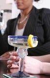 Vrouwen die van Cocktails genieten Stock Foto's