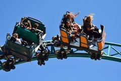 Vrouwen die van draaien, met haar in de wind, in de Vloekachtbaan van de Cobra genieten bij Bush-Tuinen Tamp royalty-vrije stock foto