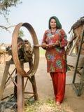 Vrouwen die veevoeder voorbereiden Royalty-vrije Stock Fotografie