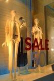 Vrouwen die verkoop 50 kleden van het winkelvenster van tekst stock afbeeldingen