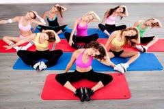 Vrouwen die vloeroefening doen Stock Foto