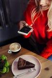 Vrouwen die voedselfoto op smartphone nemen Cake mobiele fotografie royalty-vrije stock foto's
