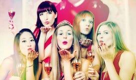 Vrouwen die vrijgezellinpartij in nachtclub hebben Stock Foto's