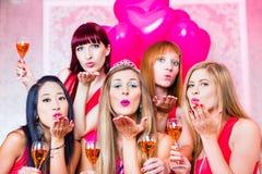 Vrouwen die vrijgezellinpartij in nachtclub hebben stock afbeeldingen