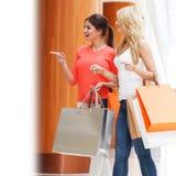 Vrouwen die in wandelgalerij winkelen Stock Foto