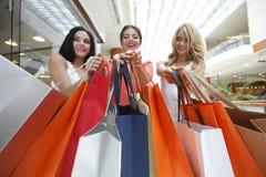 Vrouwen die in wandelgalerij winkelen Stock Foto's