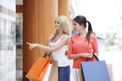 Vrouwen die in wandelgalerij winkelen Stock Fotografie