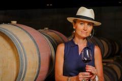 Vrouwen die wijn in een kelder-Winemaker proeven Royalty-vrije Stock Fotografie