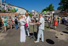 Vrouwen die wijn in groep mannen drinken bij Wijnfestival Royalty-vrije Stock Afbeelding