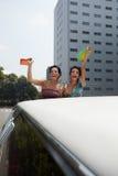 Vrouwen die wijn in limousine drinken Stock Foto's