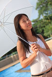 Vrouwen die witte paraplu binnen naast zwemmende po houden Stock Afbeeldingen