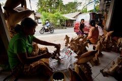 Vrouwen die in workshop aan Bali werken Stock Afbeeldingen