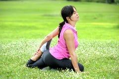 Vrouwen die Yoga in park doen Royalty-vrije Stock Afbeeldingen