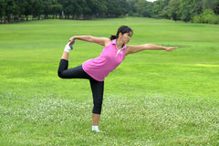 Vrouwen die Yoga in park doen Royalty-vrije Stock Foto's