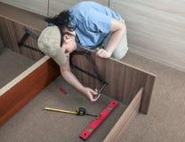Vrouwen die zelfassemblagemeubilair samenbrengen Royalty-vrije Stock Afbeelding