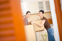 Vrouwen die zich aan nieuw huis bewegen Royalty-vrije Stock Afbeelding