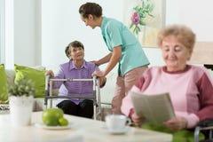 Vrouwen die in zorghuis blijven Stock Foto's