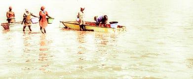 Vrouwen die zout in het roze meer van Dakar verzamelen royalty-vrije illustratie