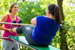 Vrouwen die zwangerschapsoefeningen in aard doen Stock Fotografie