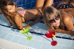 Vrouwen die in zwembad genieten van stock foto's