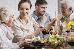 Vrouwen dienend diner aan haar familie Stock Foto's