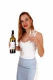 Vrouwen dienende wijn Stock Afbeelding
