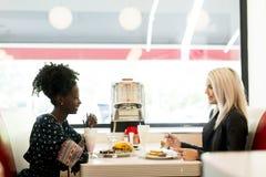 Vrouwen in diner stock afbeeldingen