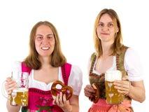 Vrouwen in dirndl die pret hebben in Oktoberfest Royalty-vrije Stock Foto's