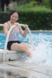 Vrouwen door water Stock Afbeelding