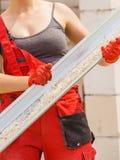 Vrouwen dragende goot op bouwwerf stock afbeelding