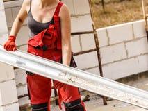 Vrouwen dragende goot op bouwwerf royalty-vrije stock afbeelding
