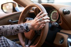 Vrouwen drijfauto, het stuurwiel van de Handgreep, close-up stock foto