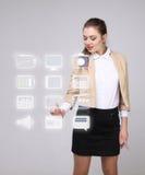 Vrouwen dringende multimedia en vermaakpictogrammen op een virtuele achtergrond Royalty-vrije Stock Afbeeldingen
