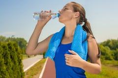 Vrouwen drinkwater Royalty-vrije Stock Foto