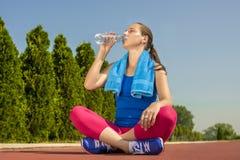 Vrouwen drinkwater Stock Foto's