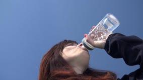 Vrouwen drinkwater en glimlach stock videobeelden