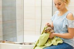 Vrouwen drogende hond na bad royalty-vrije stock afbeeldingen