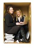 Vrouwen in een klein bureau stock foto's