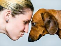 Vrouwen en de hond Stock Foto