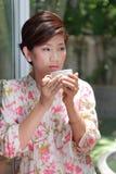 Vrouwen en een kop in haar hand Royalty-vrije Stock Fotografie