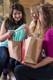 Vrouwen en het winkelen stock fotografie