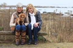 Vrouwen en hond buiten royalty-vrije stock afbeelding